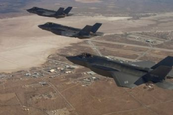F-22 ve F-35'lerden it dalaşı